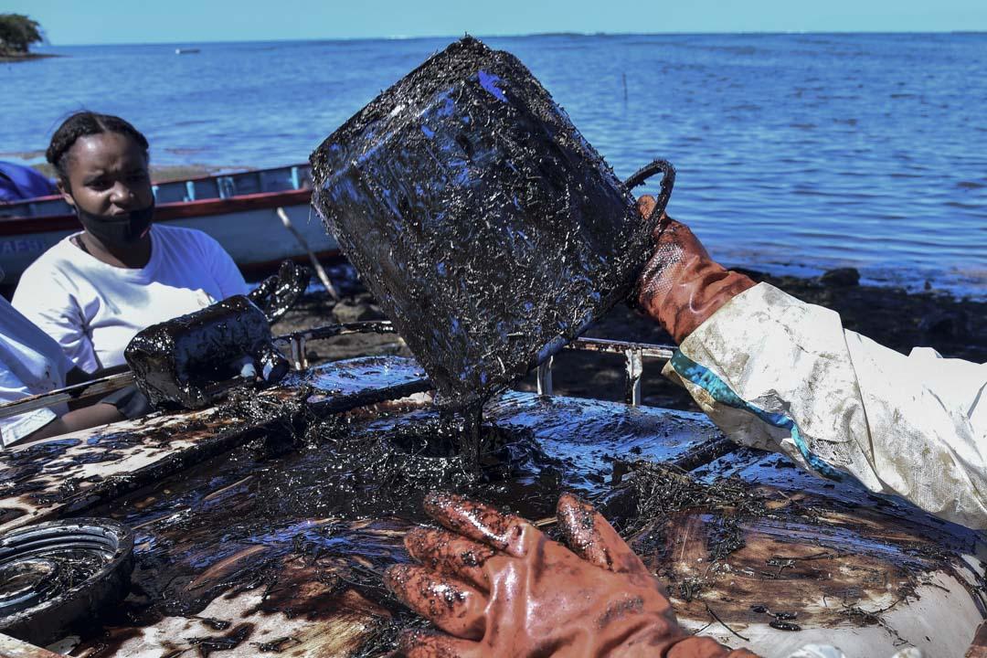 2020年8月12日,日本貨船「若潮號」在毛里求斯海域擱淺後,義工參與清理海上油污。