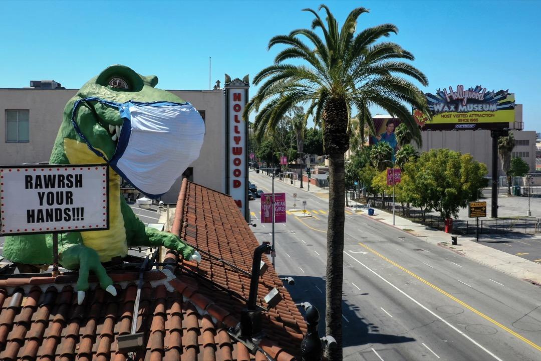 2020年4月21日,美國加州好萊塢,一家展館為恐龍裝飾戴上口罩。