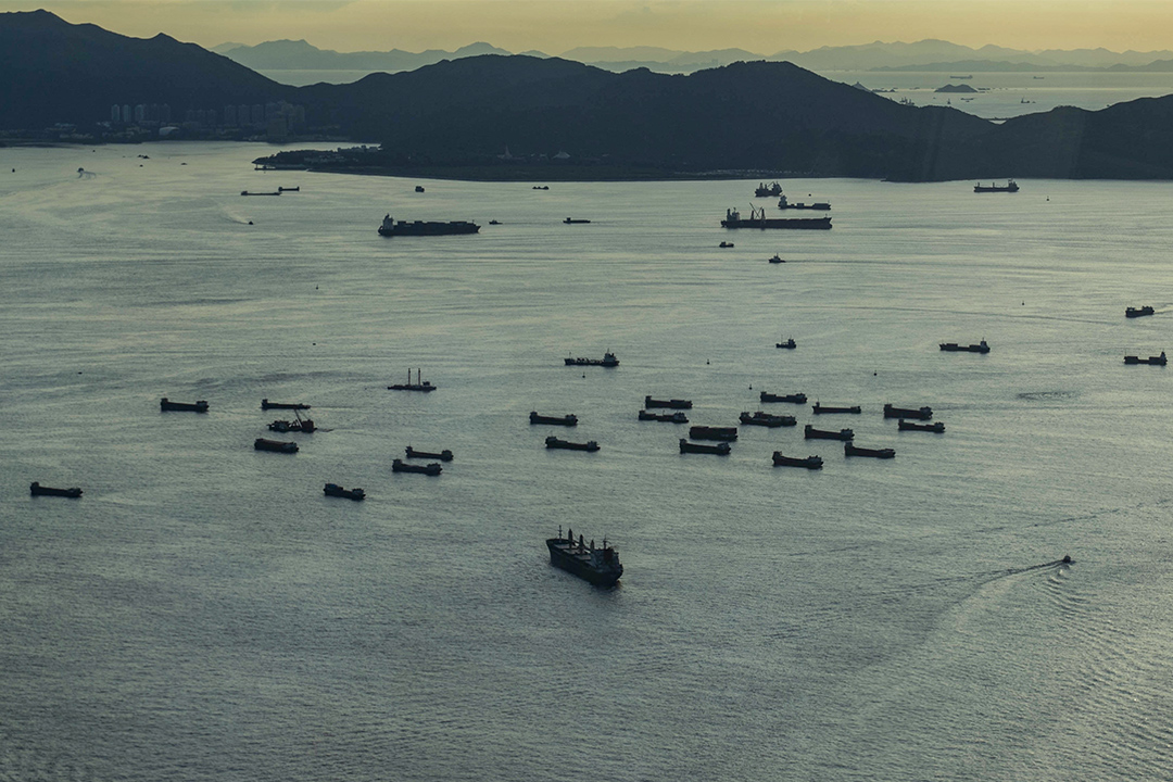 一艘艘停泊在維港外的貨船。