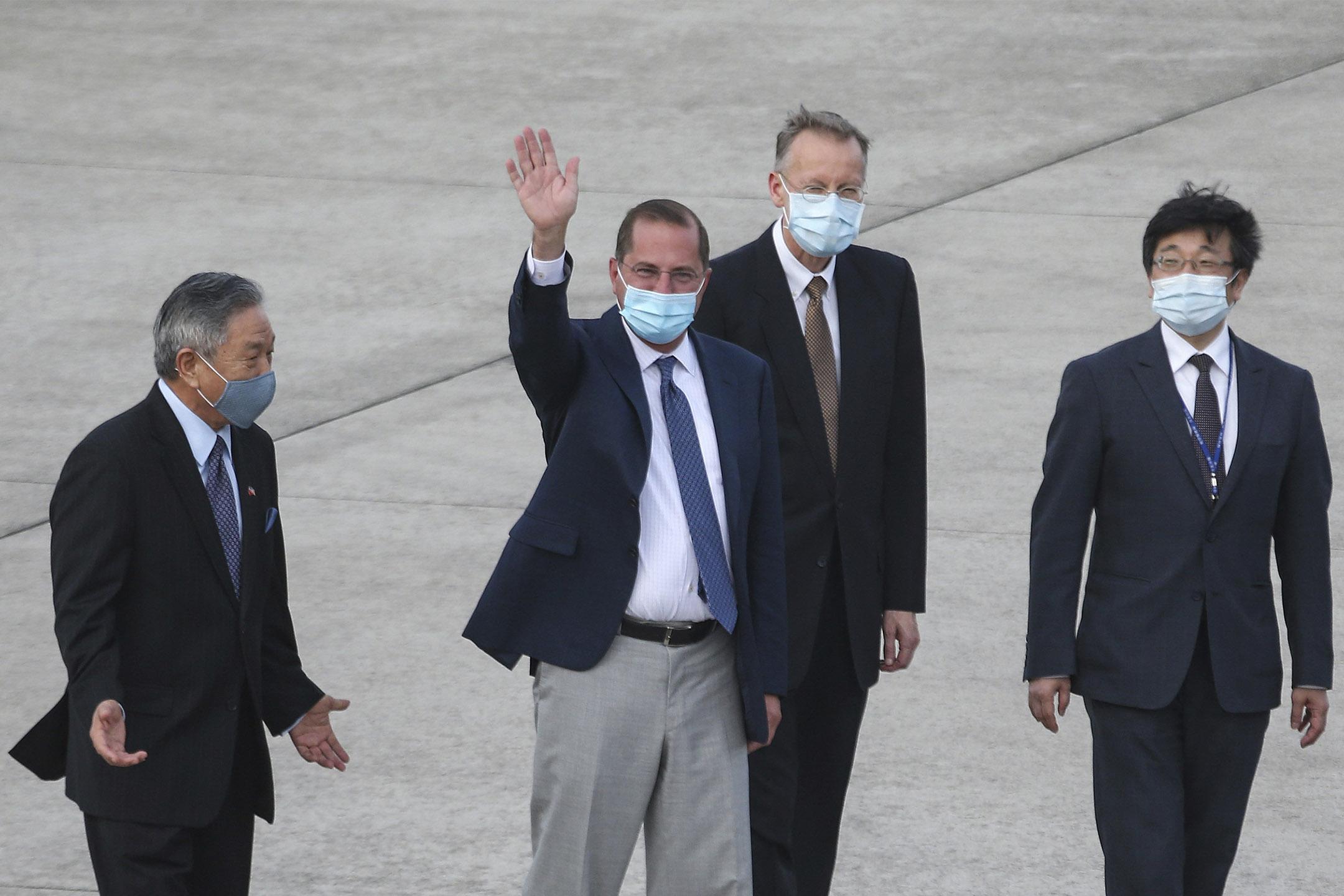 2020年8月9日,美國衛生及公共服務部部長亞歷克斯·阿薩爾(Alex Azar)到達台北松山機場並向媒體揮手。