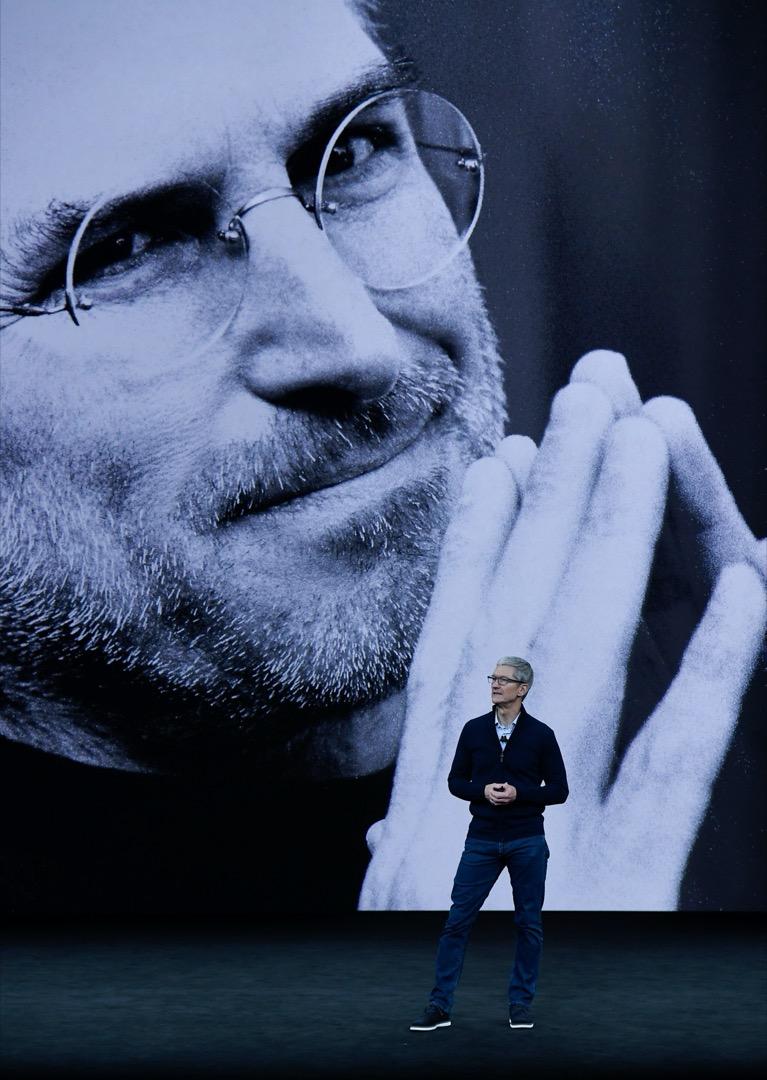 蘋果公司總裁庫克在蘋果園區的喬布斯劇院舉行產品發布會。
