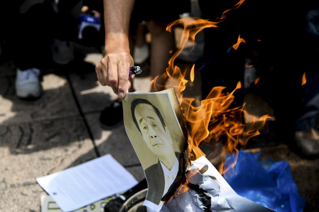 2020年7月24日,示威學生在曼谷抗議時焚燒泰國總理巴育的肖像照片,並呼籲他辭職。