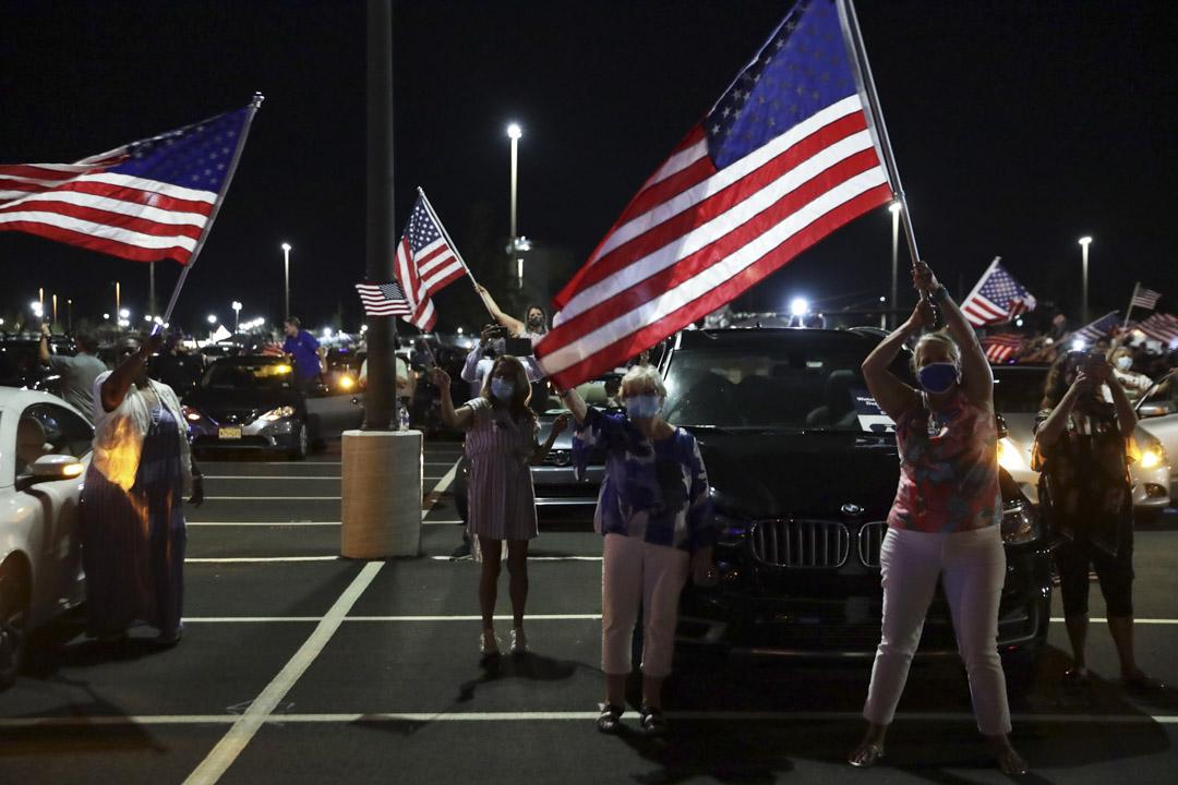 2020年8月20日,美國特拉華州,拜登支持者觀看直播時雀躍揮舞國旗。
