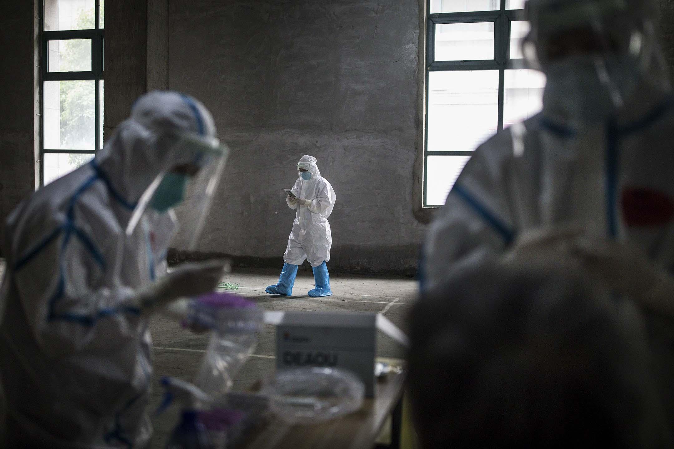 2020年5月15日,中國武漢,醫護人員在進行新冠肺炎測試。