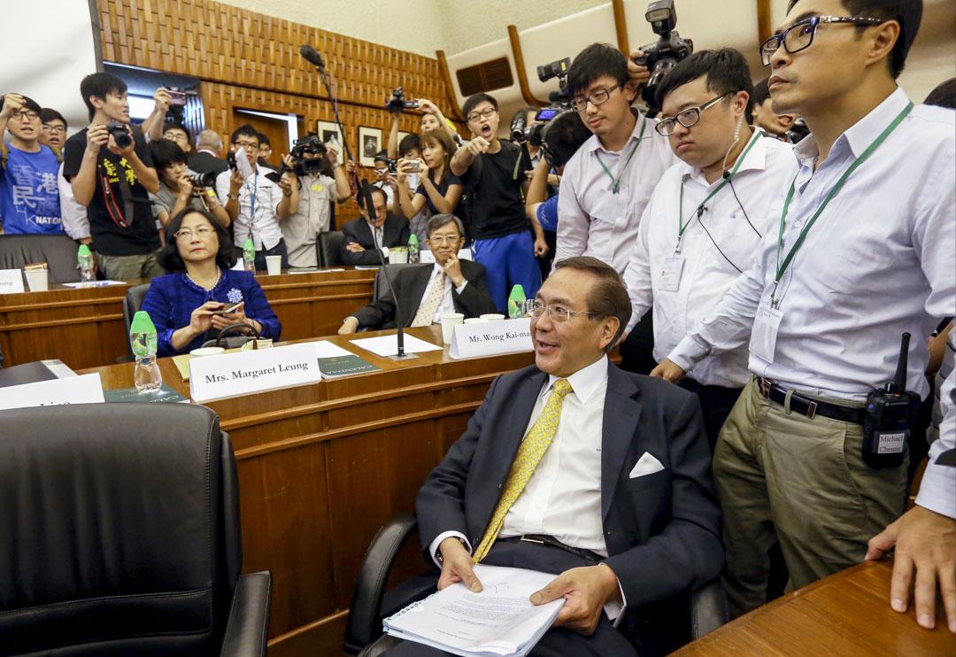 2015年7月28日,香港大學校委會開會決定,繼續押後處理副校長陳文敏的任命。數十名憤怒的學生衝入會議室要求校務委員會就有關決定作出交代,期間校委會成員李國章被學生包圍。