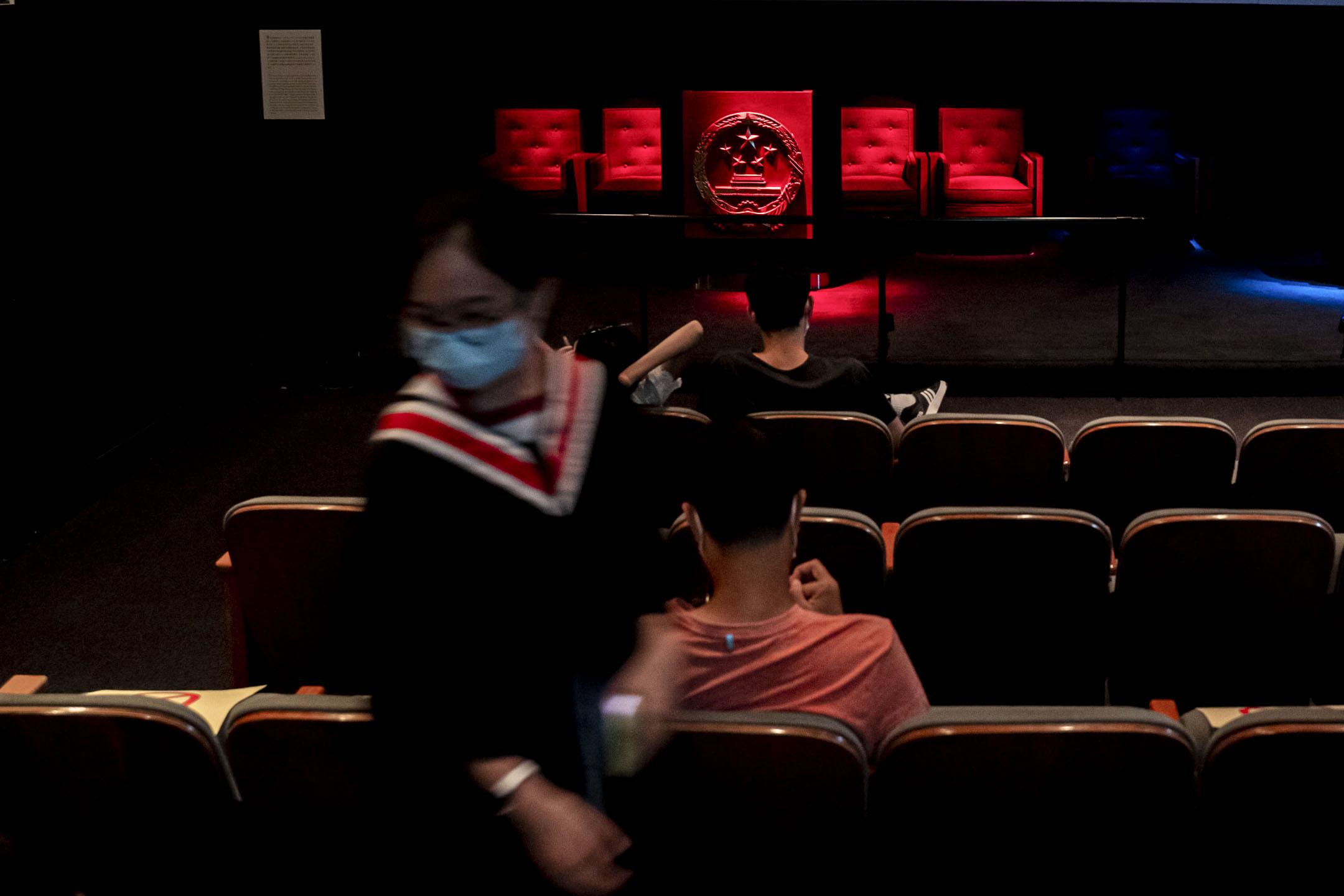 2020年7月5日,香港歷史博物館內,香港故事展覽其中的一個影片播放有關回歸的片段,有學生觀賞後離開。 攝:林振東/端傳媒