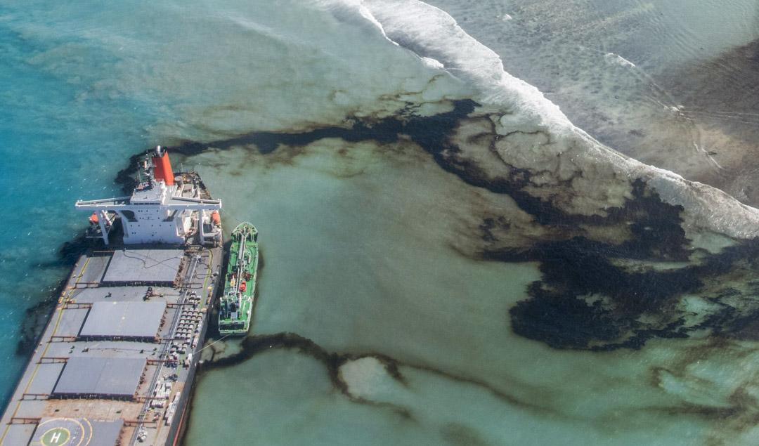 2020年8月11日,日本貨船「若潮號」在毛里求斯海域擱淺後,超過1000公噸石油外洩。 攝:Gwendoline Defente/EMAE via AP/達志影像