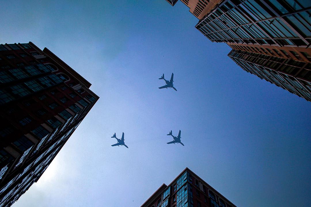 2019年10月1日北京,中國人民解放軍空軍的飛機在演習彩排期間飛行,紀念中華人民共和國成立70週年。