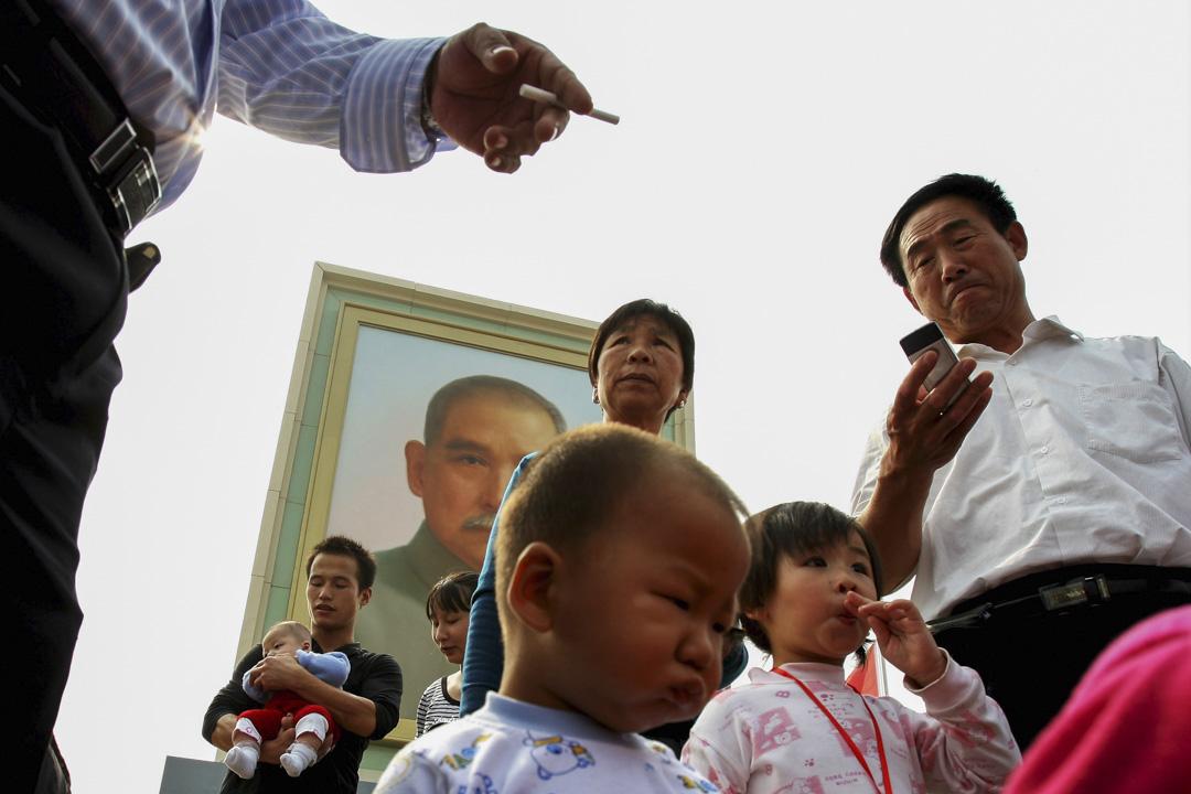 2008年10月1日,中國北京,人們在天安門廣場的一幅孫中山肖像前走過。