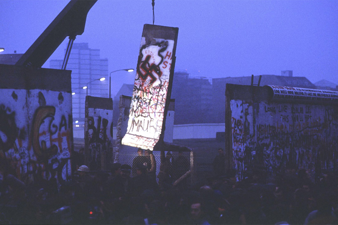 1989年11月12日東柏林共產主義崩潰期間,一盞孤燈照亮被拆除的一部分柏林牆。