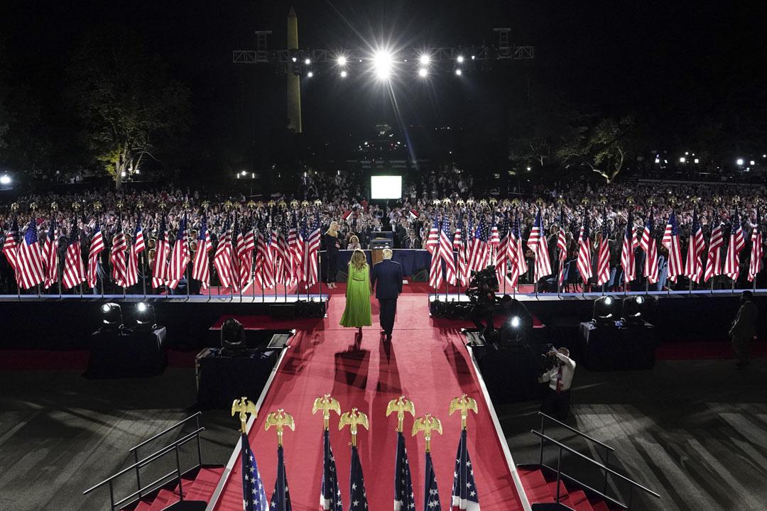 2020年8月27日,美國白宮南草坪的共和黨全國代表大會,美國總統特朗普與美國第一夫人梅拉尼婭上台。 攝:Doug Mills/The New York Times/Bloomberg via Getty Images
