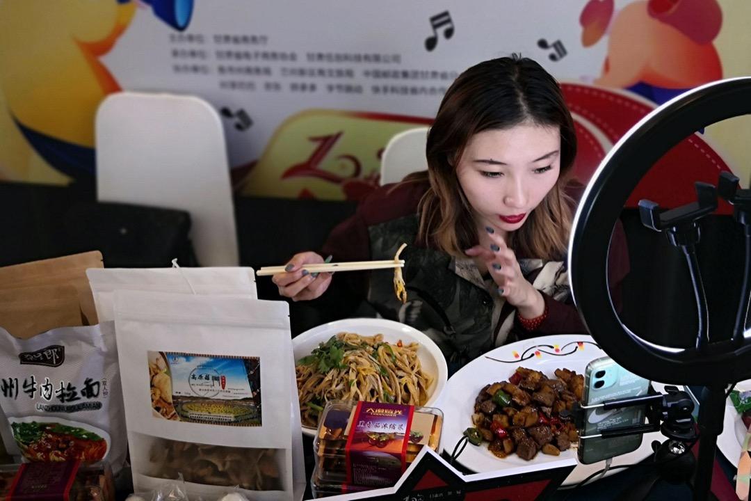 一名播主為中國一個網購平台速銷產品。