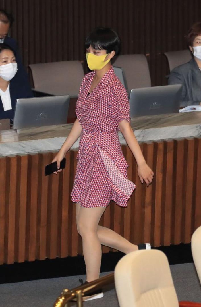 南韓正義黨女議員柳浩貞穿著紅色連衣裙出席國會會議。