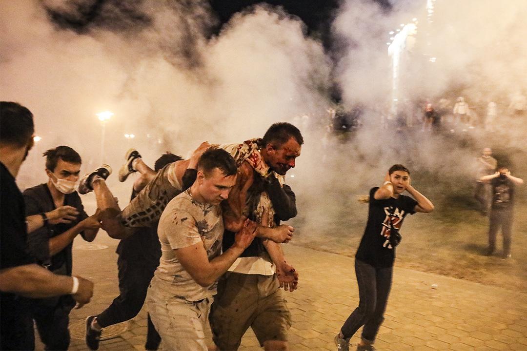 2020年8月10日,白俄羅斯明斯克舉行總統選舉後,示威者與警察的衝突期間運送一名受傷男子。 圖:AP/達志影像