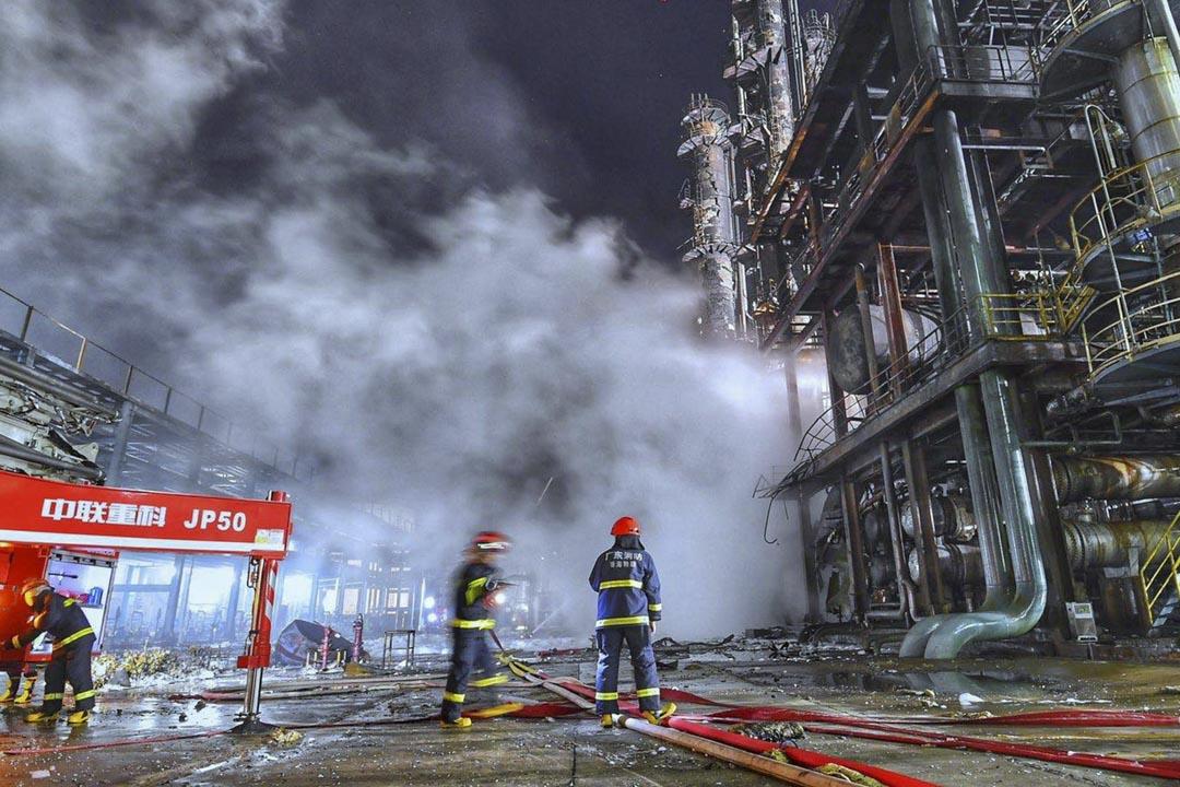 2020年1月14日,珠海的一家化工廠大火,消防員以水撲滅。