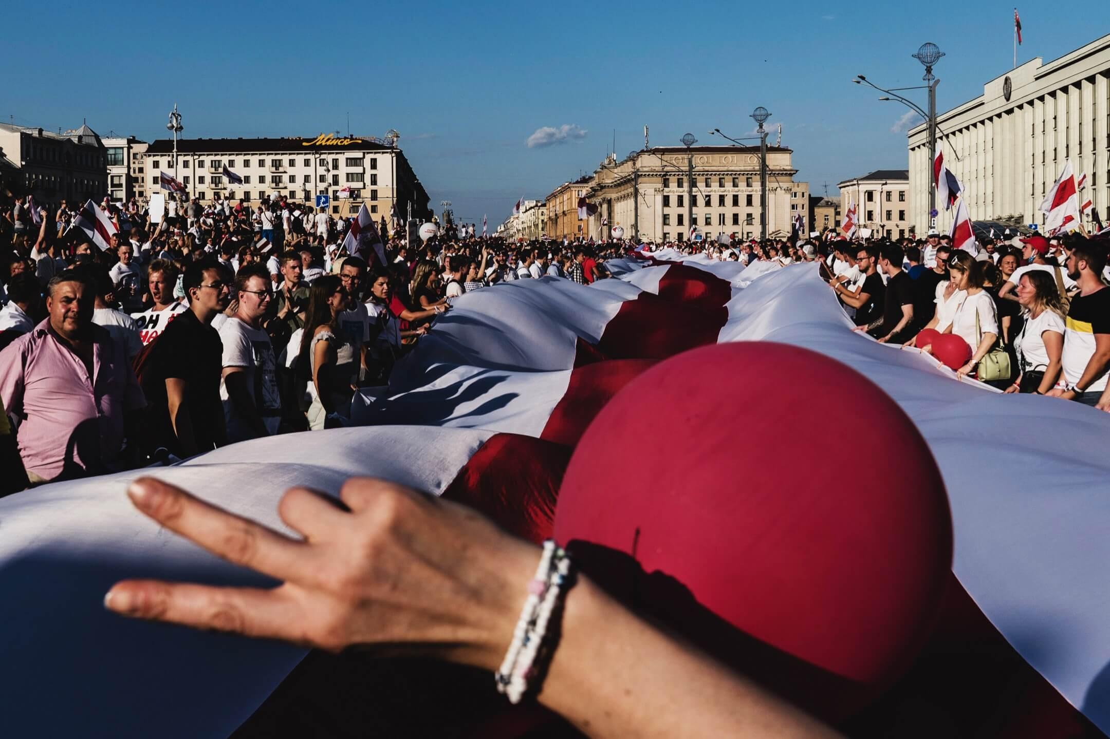 2020年8月16日,白羅斯首都明斯克,至少20萬人在市中心的二戰紀念碑聚集,要求總統盧卡申科下台。 攝:Evgeny Maloletka/Bloomberg via Getty Images