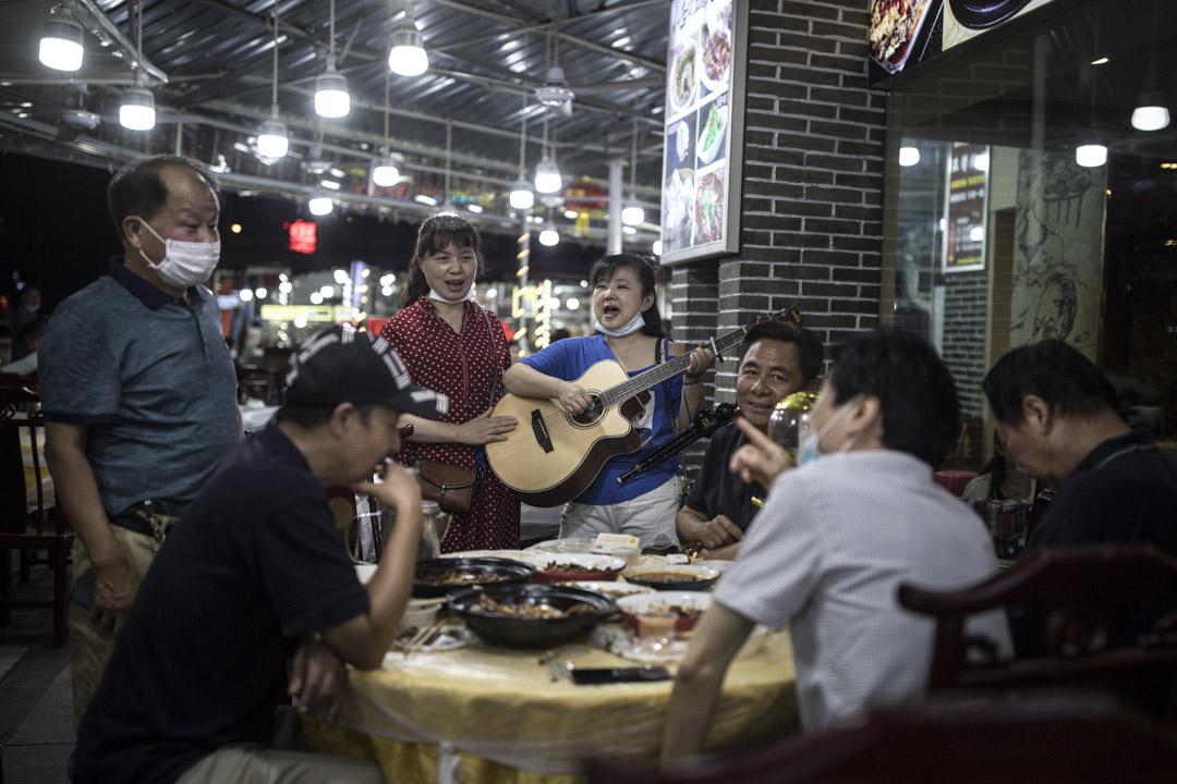 2020年6月5日,武漢一場晚宴進行中,期間有唱歌表演助慶。  攝: Getty Images