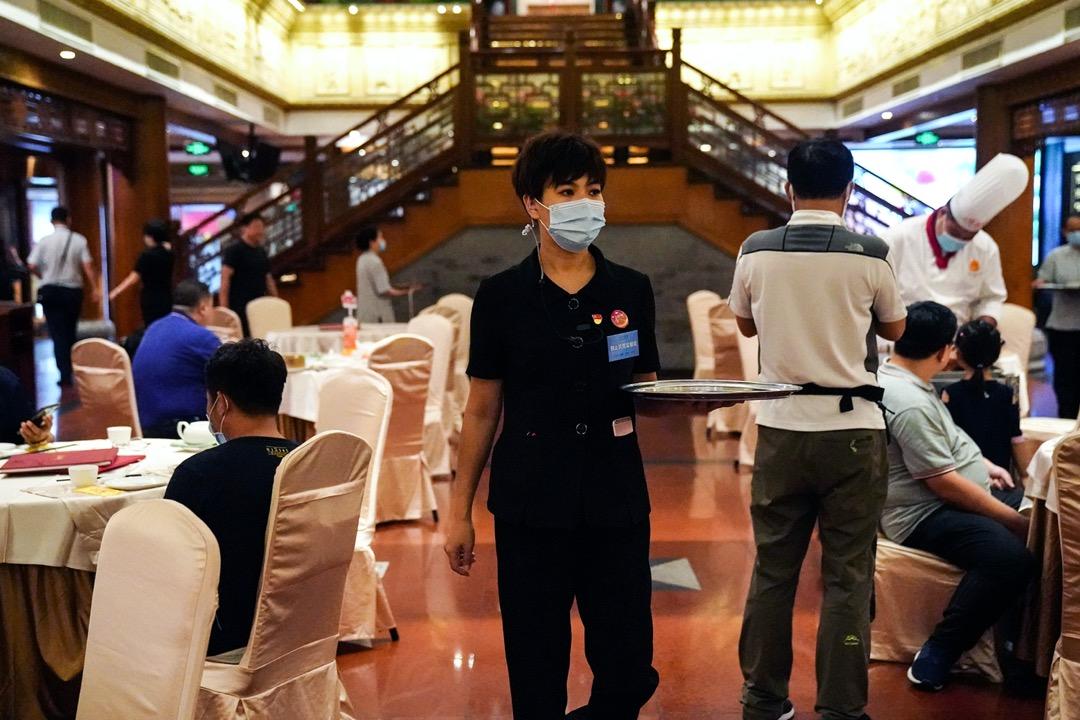中國北京一家餐廳為配合政策,增設「制止浪費監察員」職位。