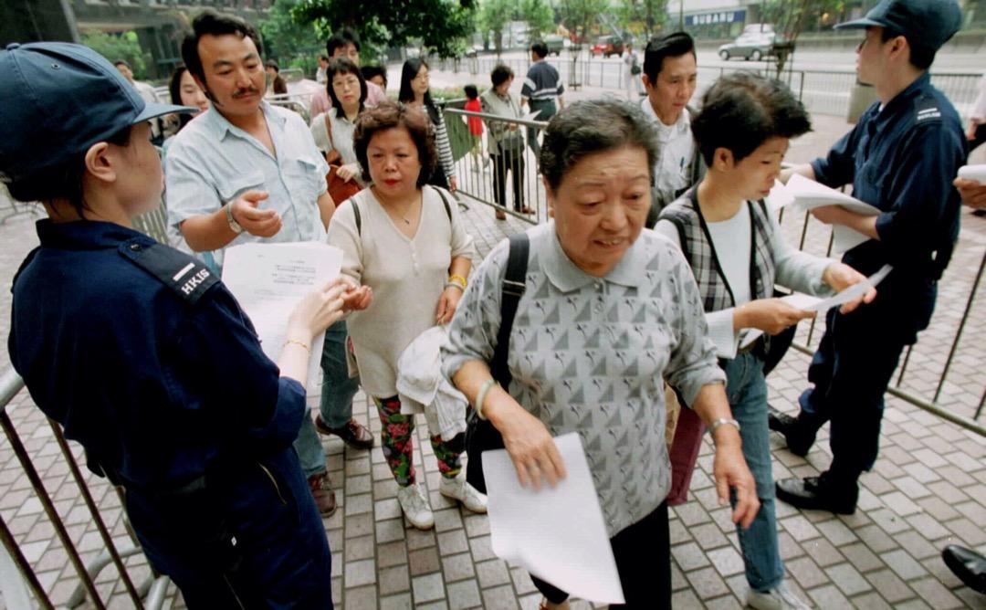 1996年3月31日,香港居民排隊取得申請BNO的表格。