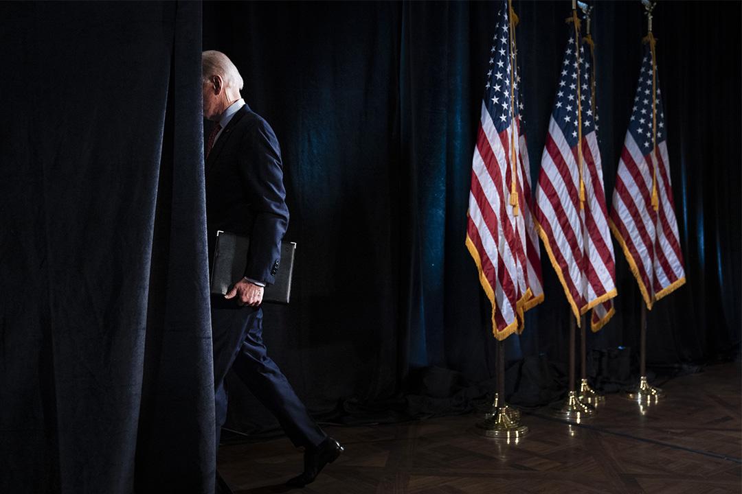 2020年3月12日特拉華州威爾明頓,民主黨總統候選人前副總統拜登在酒店發表有關2019冠狀病毒爆發的言論後離開。 攝:Drew Angerer/Getty Images
