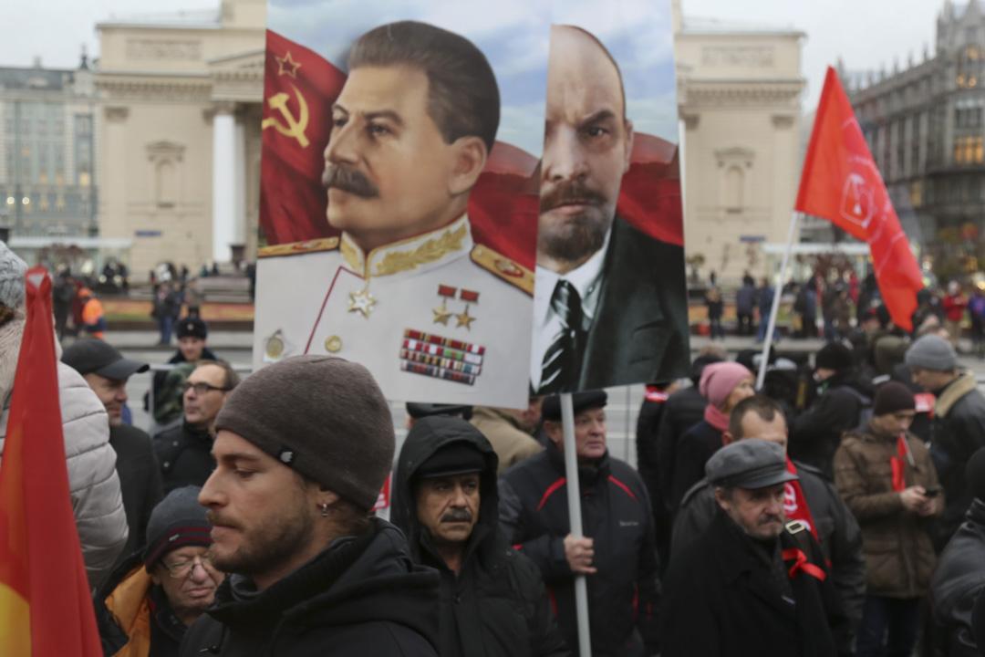 2017年11月7日,俄羅斯莫斯科,人們拿著列寧和史太林的肖像,在革命廣場上紀念「十月革命」100週年。