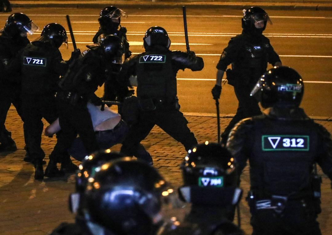 2020年8月10日,白羅斯首都明斯克,有示威者被防暴警員用棍打制服倒地。當地總統大選結束當晚爆發大型示威,不滿總統盧卡申科操控選舉,防暴警察武力鎮壓,血腥收場。