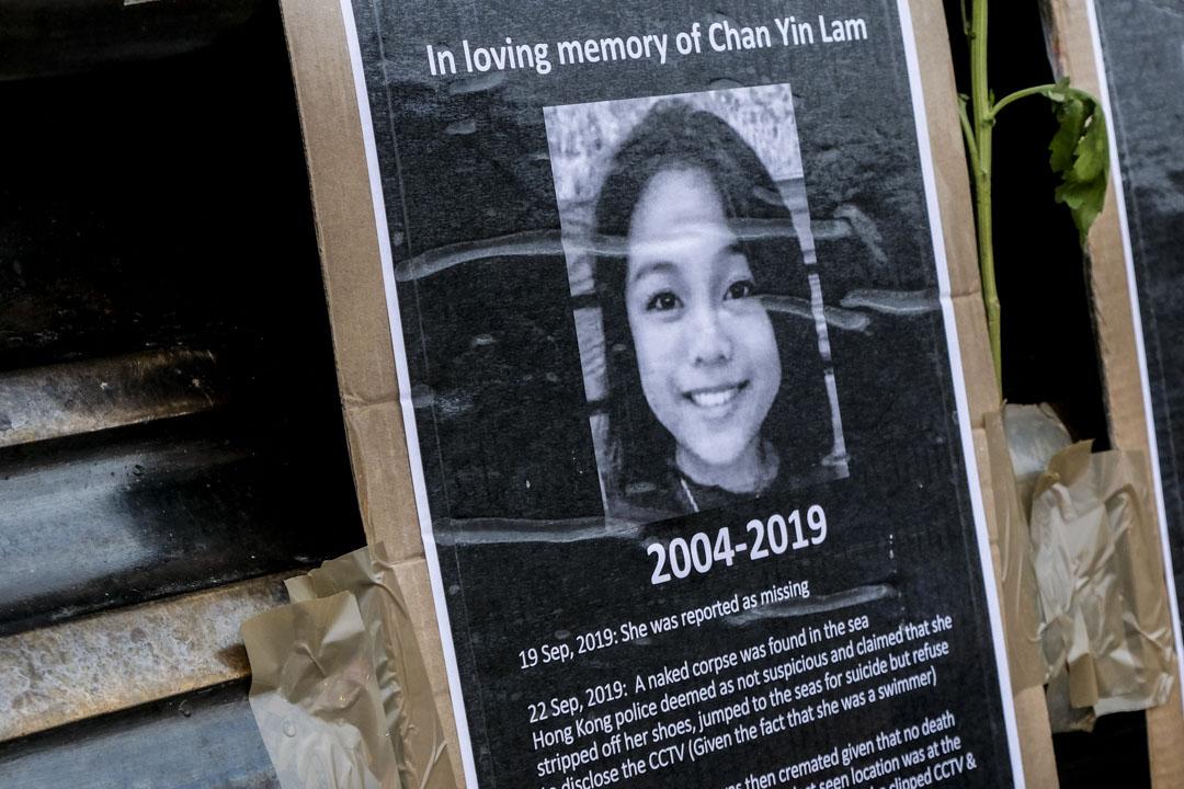 2019年11月16日,英國倫敦皮卡迪利廣場上,有人用鮮花和蠟燭悼念已去世的陳彥霖。 攝:Matthew Chattle / Barcroft Media via Getty Images
