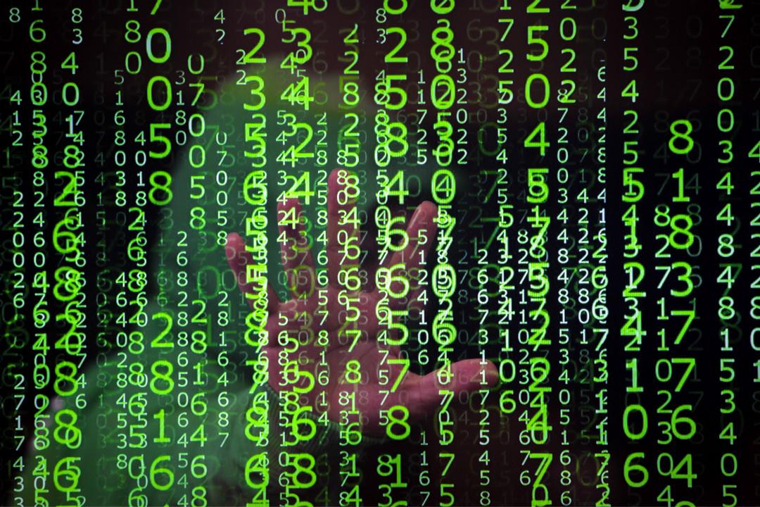 2019年3月6日,土耳其安卡拉,一名男子在電腦數據流後面。 攝:Aytac Unal/Getty Images