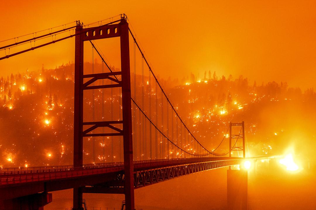 2020年9月9日,加州山火的餘燼將比德韋爾巴大橋後的山坡照亮。