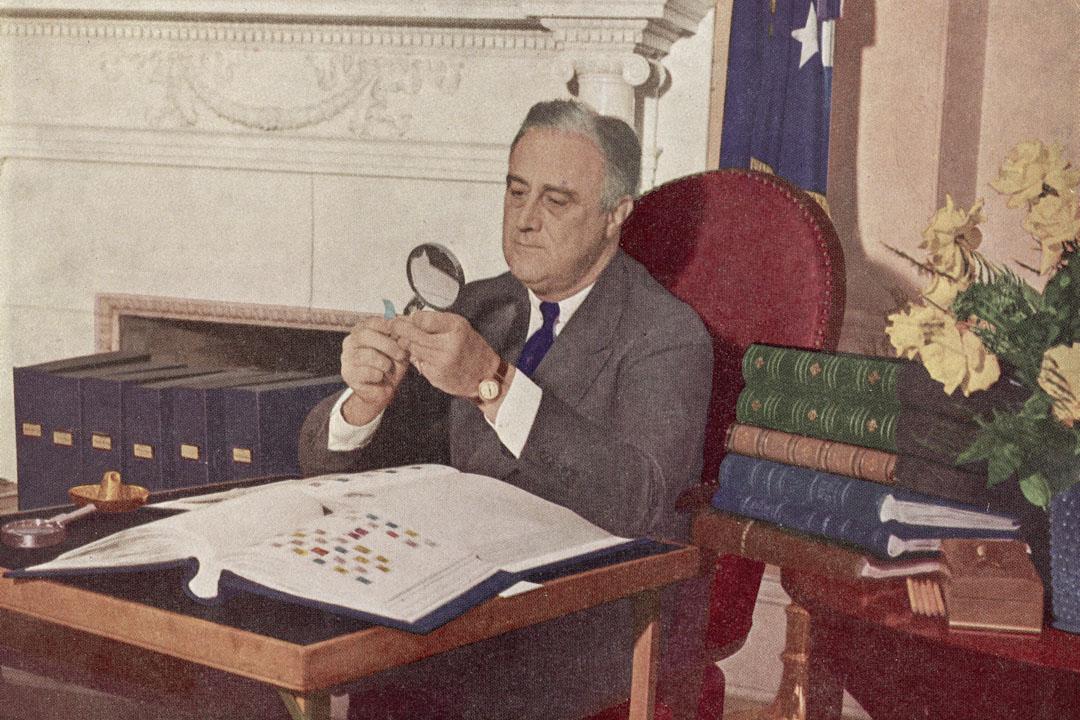 1944年,美國總統富蘭克林·羅斯福(Franklin Delano Roosevelt)坐在辦公室使用放大鏡。