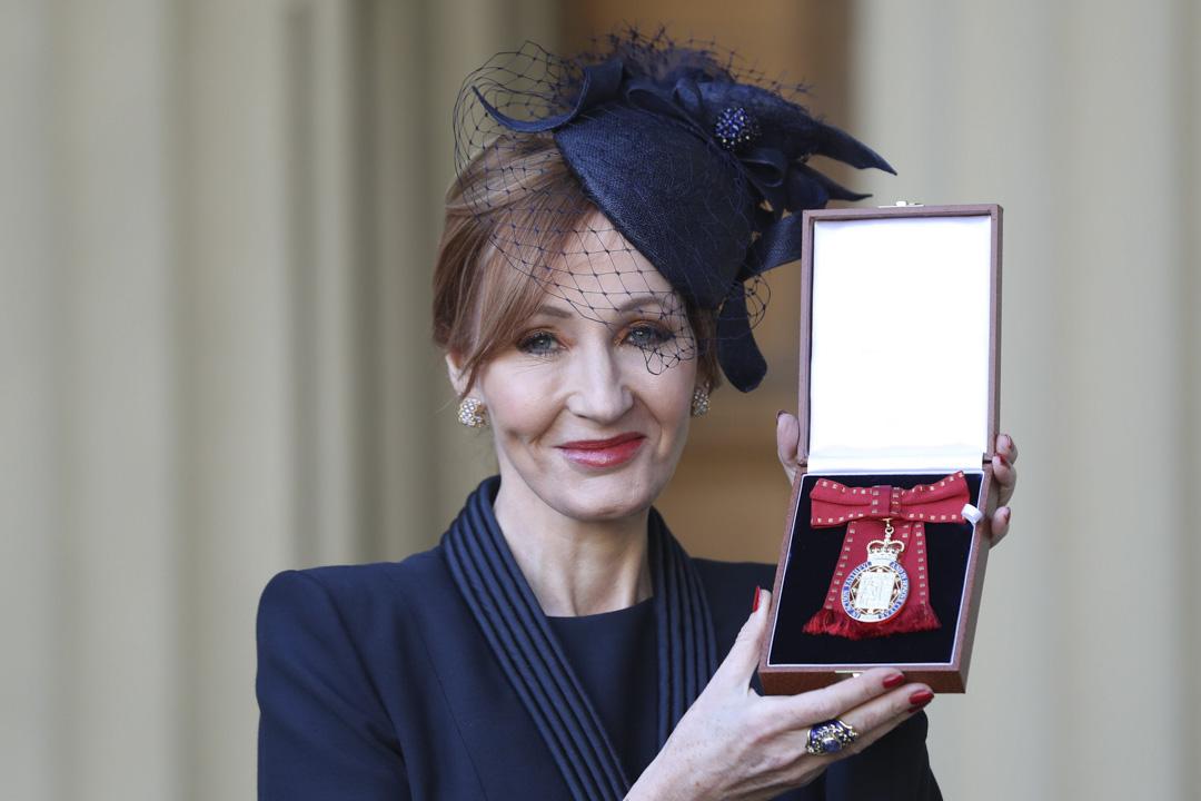 2017年12月12日,倫敦,《哈利·波特》作者J·K·羅琳被英國王室授予名譽勛位。