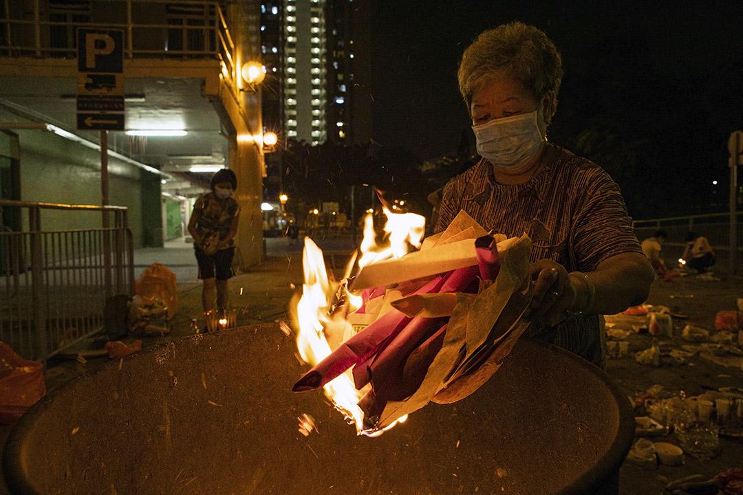 2020年9月2日大圍,市民在盂蘭節期間燒街衣。