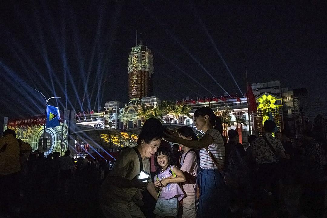 2019年10月11日台北,市民在總統府前慶祝及欣賞燈光匯演。