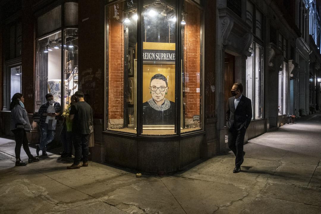 2020年9月19日,紐約一間商店面擺放著已去世的最高法院大法官金斯伯格的肖像。