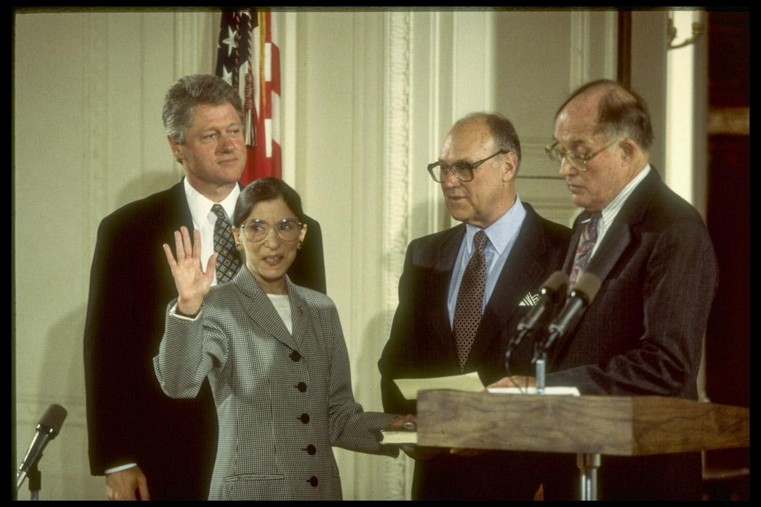 1993年8月10日,金斯伯格(Ruth Bader Ginsburg )宣誓就任美國最高法院大法官。