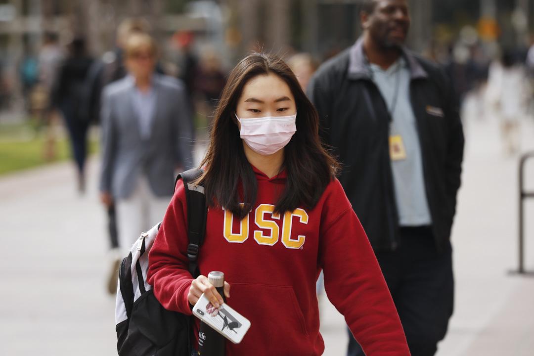 2020年3月9日,美國南加州大學,一名學生帶著口罩走過。