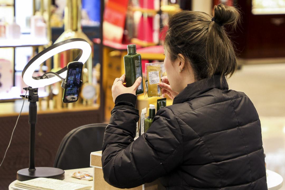 2020年3月4日,杭州市的一家購物中心,一名銷售助理通過手機直播銷售化妝品。 攝:Wang Weichen/China News Service via Getty Images
