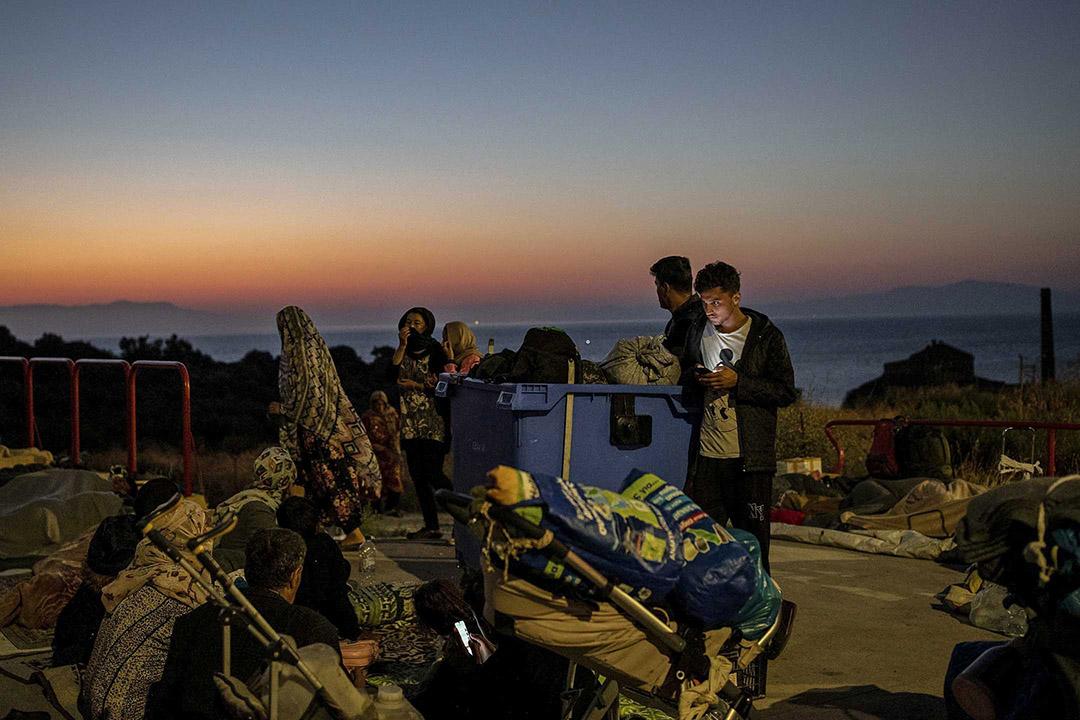 2020年9月11日,希臘萊斯沃斯島上上的莫里亞營地著火後,難民和移民在加油站找到住處。