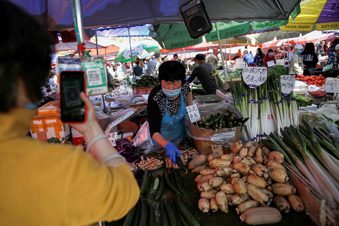 2020年4月28日北京的菜市場,顧客在掃描微信二維碼。