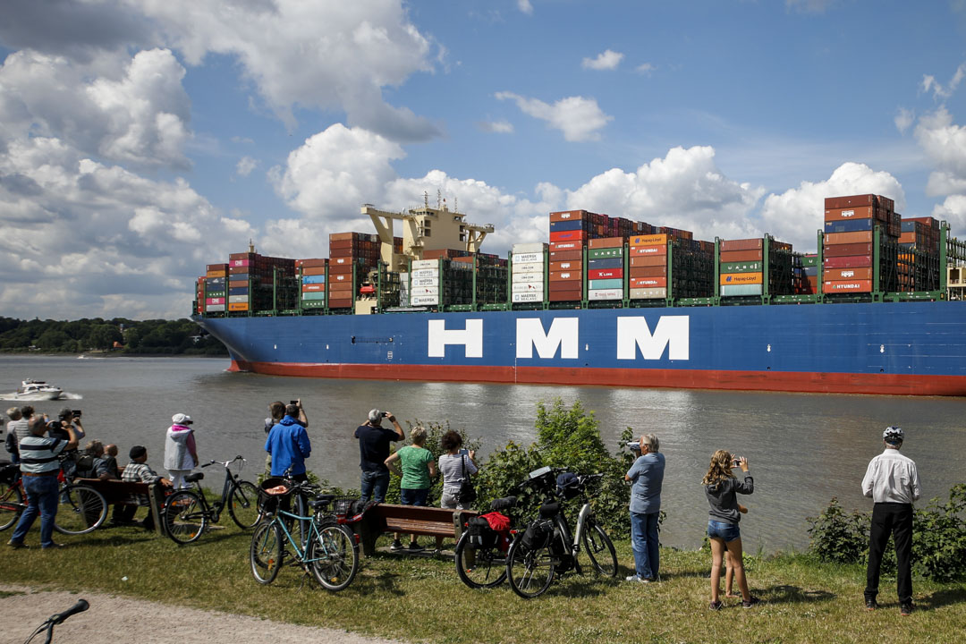 2020年6月10日,德國,貨櫃船從漢堡港出發。 攝:Morris MacMatzen/Getty Images