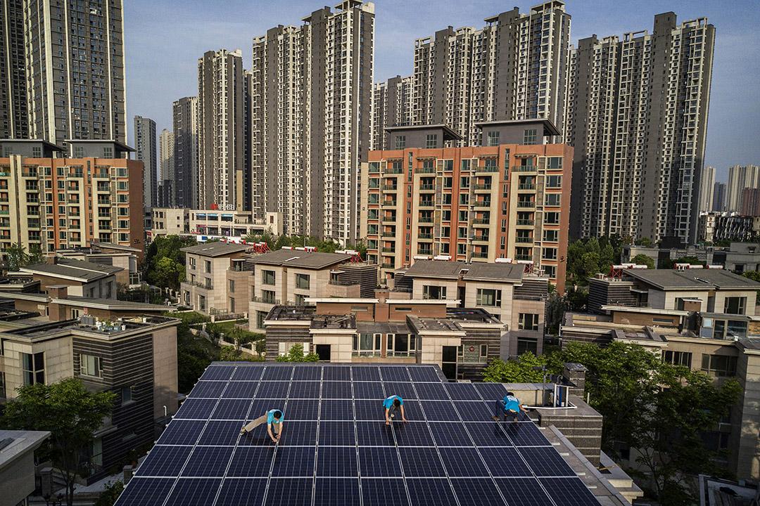 2017年4月27日武漢,中國工人在武漢的一幢建築物的屋頂上安裝太陽能電池板。