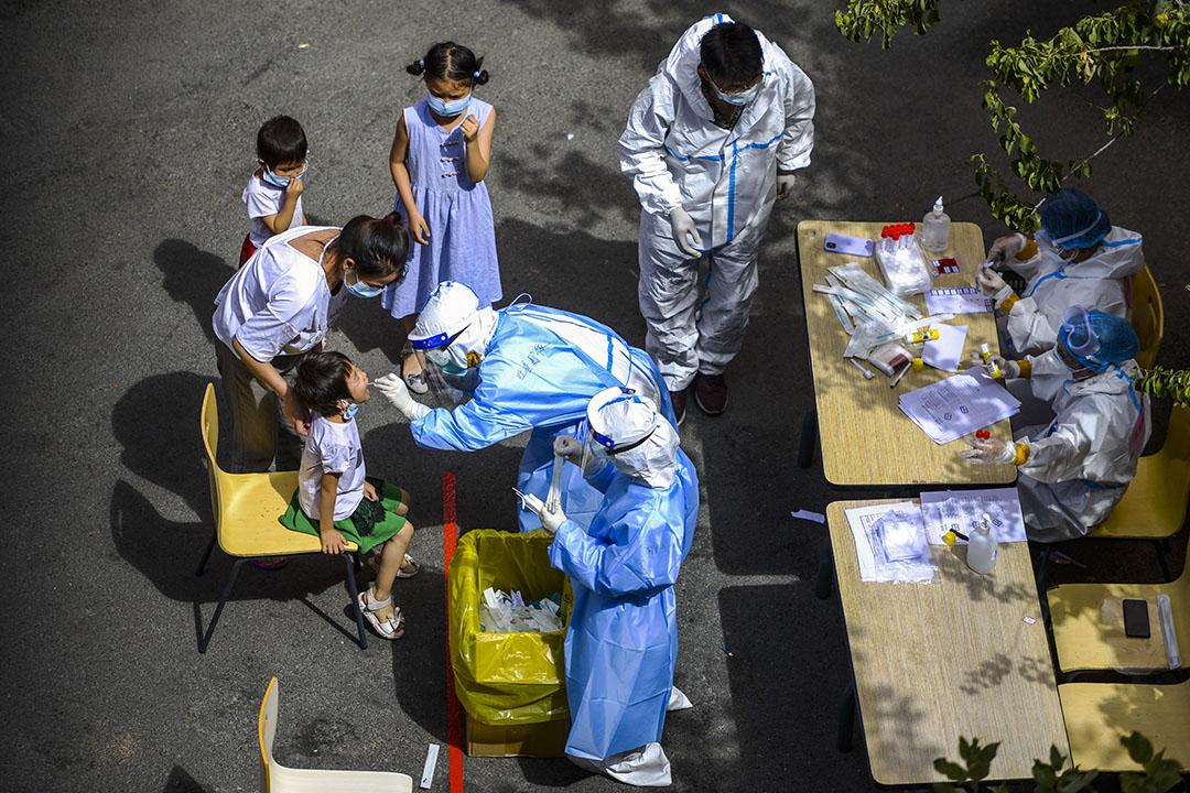 2020年8月13日中國新疆維吾爾自治區烏魯木齊,醫務人員在2019冠狀病毒爆發期間給一個孩子檢測。