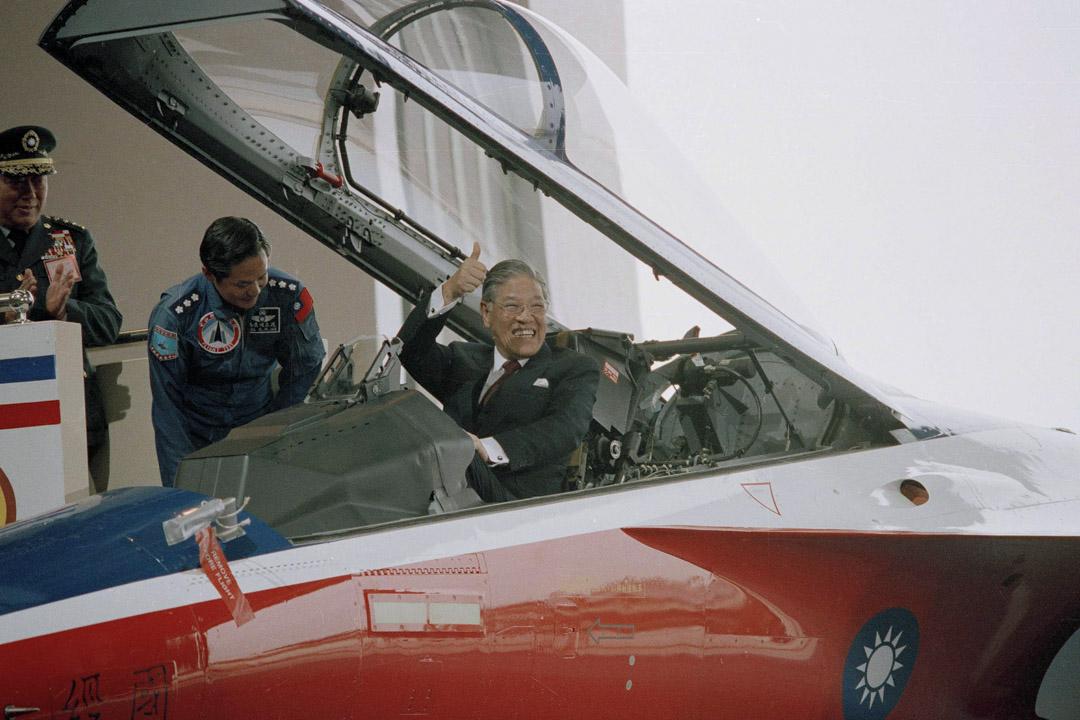 1988年12月10日,台灣總統李登輝坐在台灣製造的戰鬥機駕駛艙時豎起大拇指。