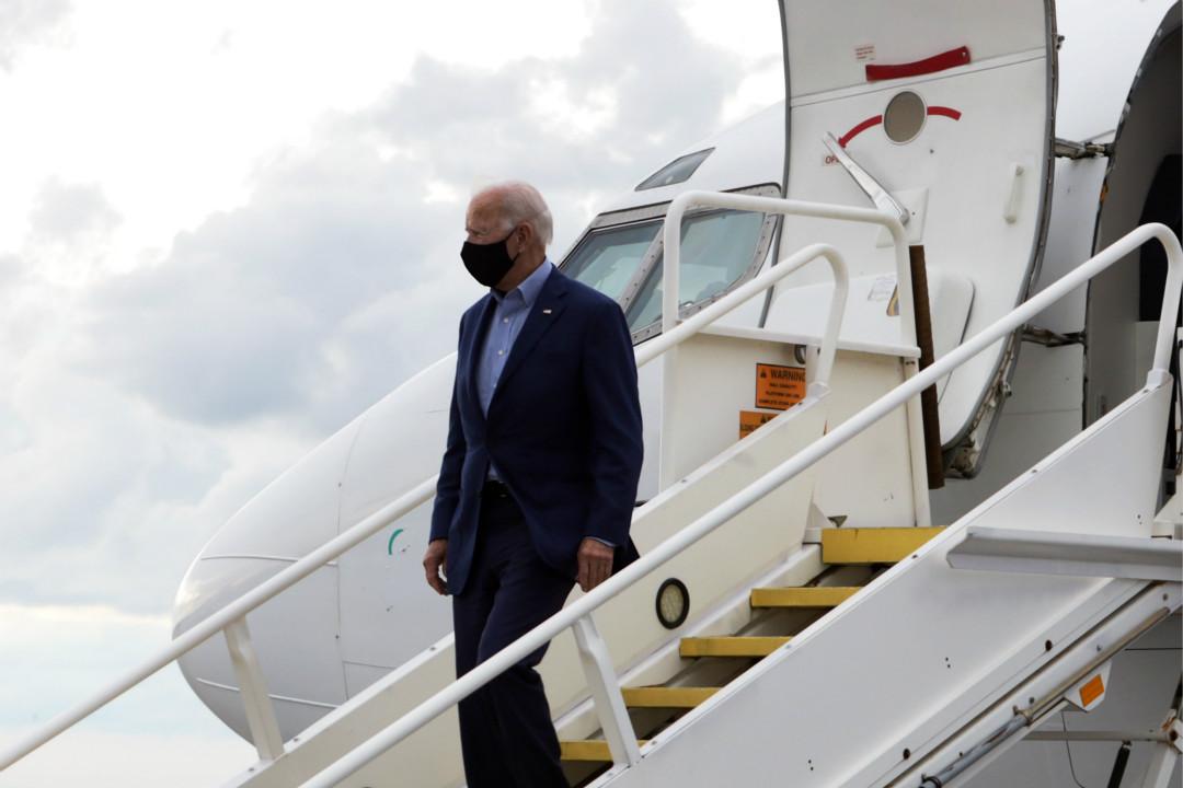 2020年9月29日,美國民主黨總統候選人拜登(Joe Biden)抵達克里夫蘭,當晚將參加大選首場辯論。 攝:Andrew Harnik/AP Photo