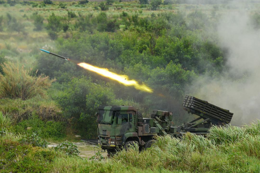 2020年7月16日,台灣「漢光36號」軍事演習,發射雷霆2000多管火箭炮(Thunderbolt-2000)。 攝:Yin-Shan Chiang/Getty Images