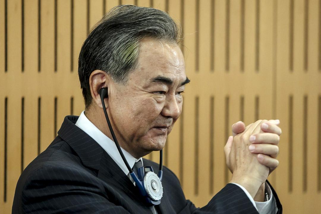 2020年8月30日,中國外交部長王毅在巴黎舉行的新聞發布會上向觀眾致意。 攝:Kamil Zihnioglu/AP/達志影像