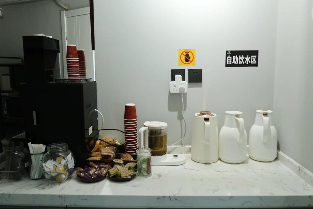 北京海淀區蜂窩自習室自助飲水區。