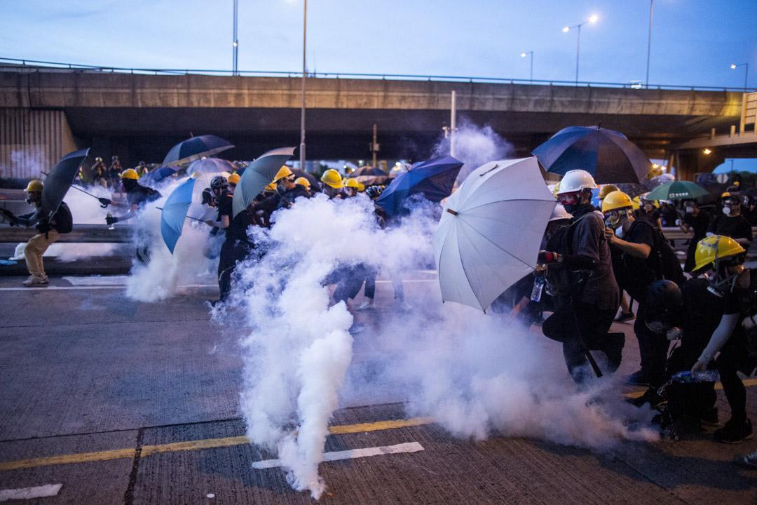 2019年7月28日,上環警察向示威者發射催淚彈。