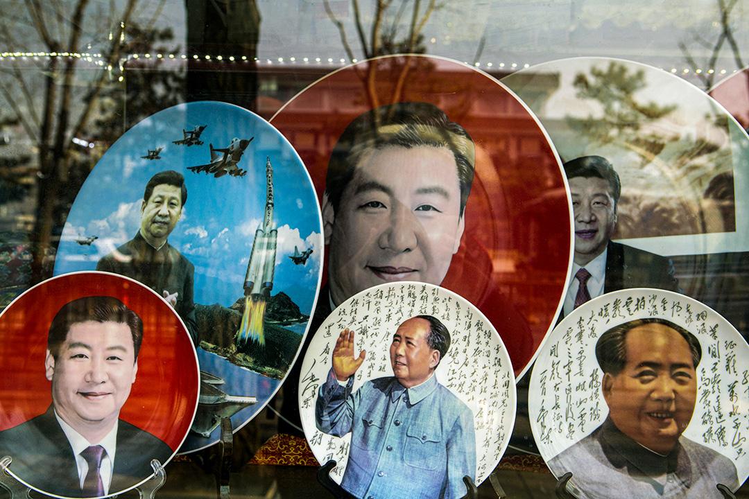 2018年2月26日中國北京,一家櫥窗上陳列著瓷器盤子,上面印有中國前領導人毛澤東以及中國國家主席習近平的肖像。