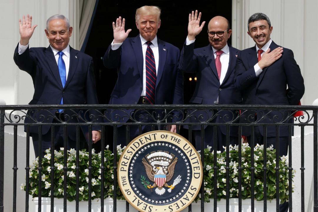 2020年9月15日,美國白宮,《亞伯拉罕協定》簽署儀式。左起:以色列總理內塔尼亞胡、美國總統特朗普、巴林外交大臣阿卜杜勒·拉蒂夫·扎耶尼和阿聯酋外長阿卜杜拉·本·扎耶德。 攝:Alex Wong/Getty Images